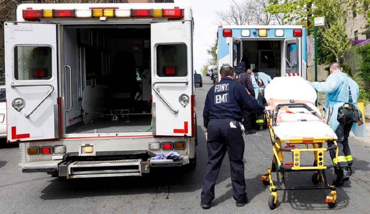 Sanitarios de Nueva York responden a una llamada de un paciente sospechoso de estar infectado con coronavirus en el Bronx