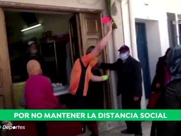El colegiado tunecino que muestra cartulinas por no respetar la distancia social frente al coronavirus