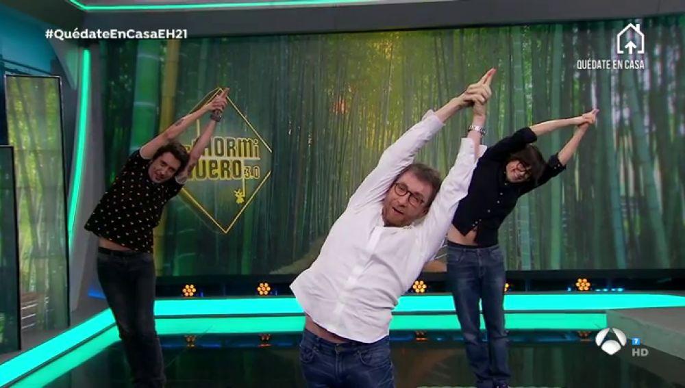 """La importancia de la columna vertebral La demostración en directo de Pablo Motos para no volvernos débiles durante la cuarentena: """"El yoga te quita las penas"""""""