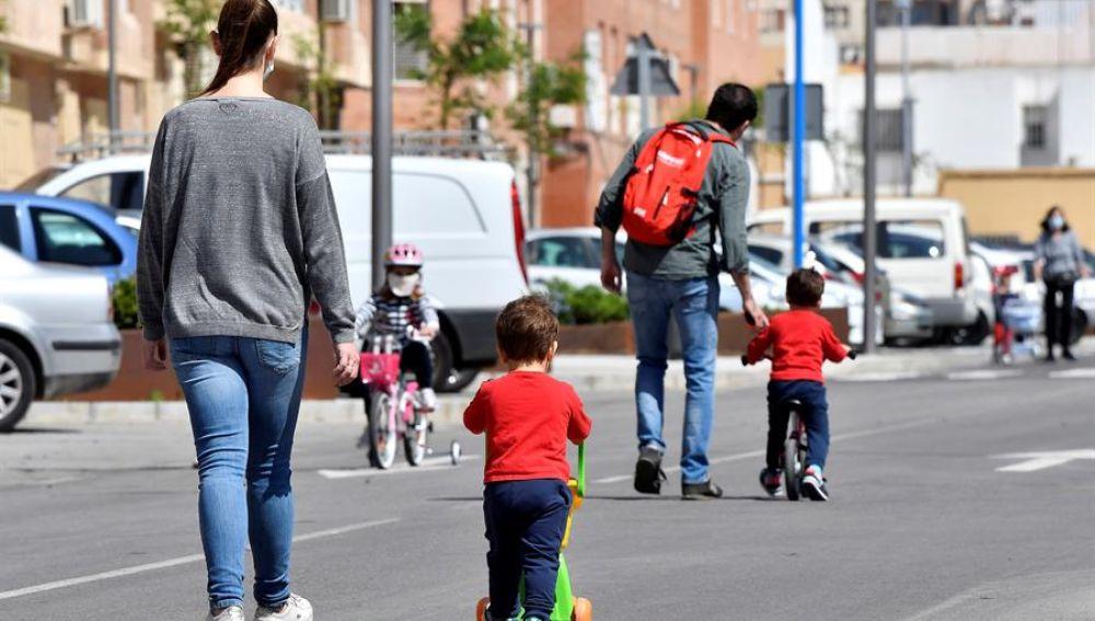 Una familia sale a la calle en Almería tras seis semanas de confinamiento.