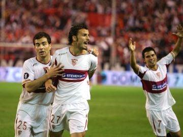 Antonio Puerta celebra su histórico gol al Schalke en la semifinal de la Copa de la UEFA