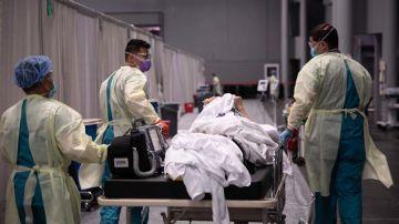 Miembros del servicio del Ejército de EEUU en un hospital de campaña