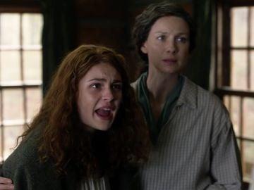 Sophie Skelton y Caitriona Balfe como Brianna y Claire en 'Outlander'