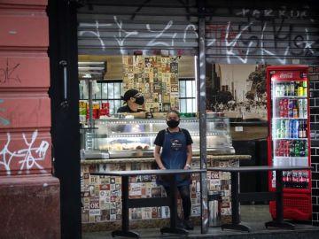 Empleados de una tienda con mascarilla en Brasil