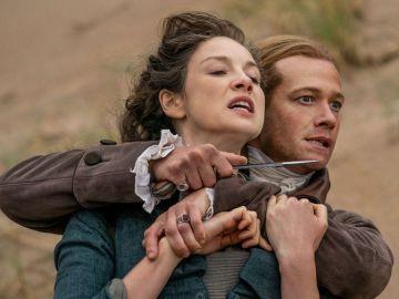 Edward Speleers y Caitriona Balfe como Stephen Bonnet y Claire en 'Outander'