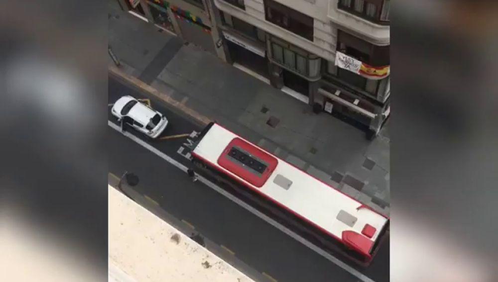 Un autobús arrolla a un coche detenido en el carril bus en Valencia en pleno confinamiento por coronavirus