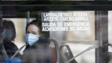 Dos viajeras con mascarilla en un autobús de Bilbao