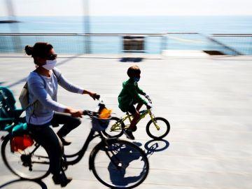 Una mujer con su hijo montando en bici