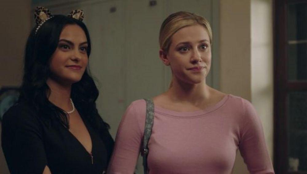 Camila Mendes y Lili Reinhart como Veronica y Betty en 'Riverdale'