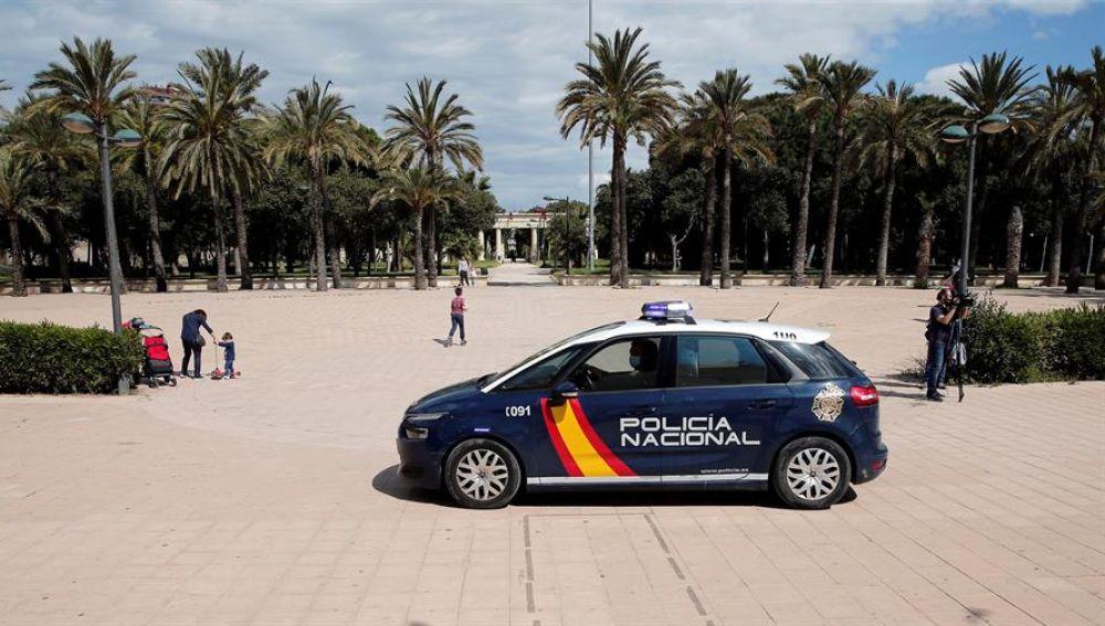 Agentes de la Policía Nacional circulan por el jardín del rio Turia, en Valencia