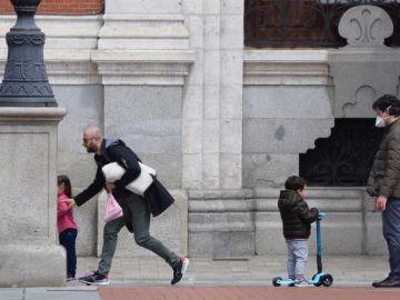 Imagen de niños paseando por Valladolid