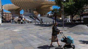Una mujer pasea por la 'Plaza de las Setas'