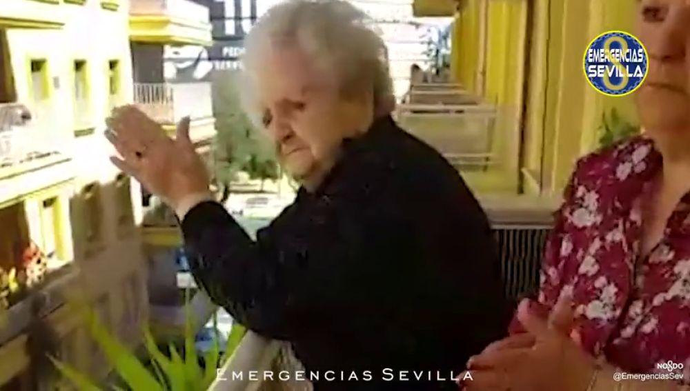 Sacramento celebra sus 101 años con la visita de la Policía de Sevilla durante el confinamiento por el coronavirus