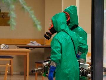 Efectivos del Ejército se disponen a desinfectar una residencia