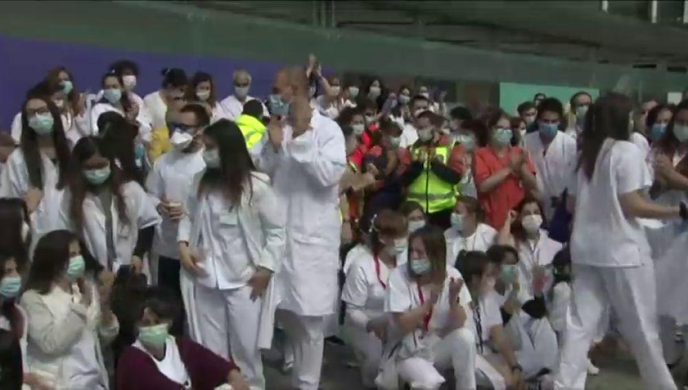 La emoción en el cierre del hospital de IFEMA lleva a no respetar el distanciamiento social por el coronavirus
