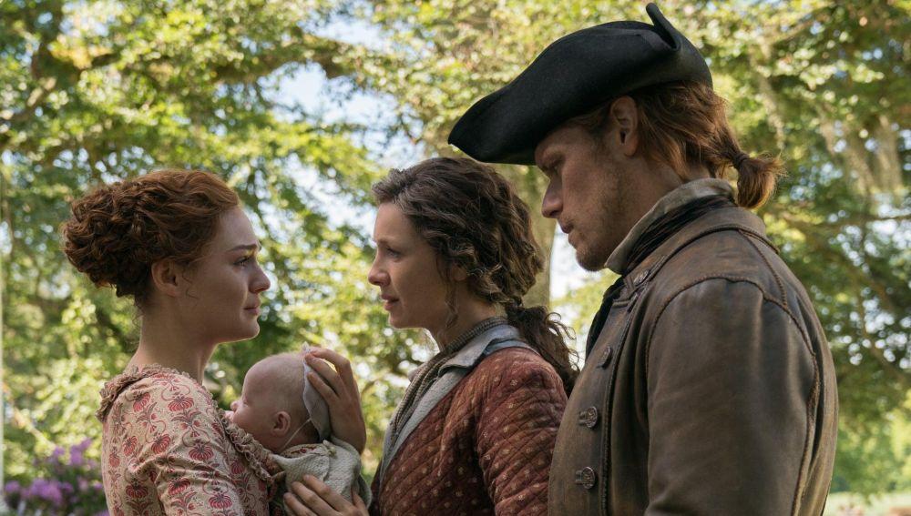 Sophie Skelton, Caitriona Balfe, Sam Heughan como Brianna, Claire y Jamie Fraser en 'Outlander'