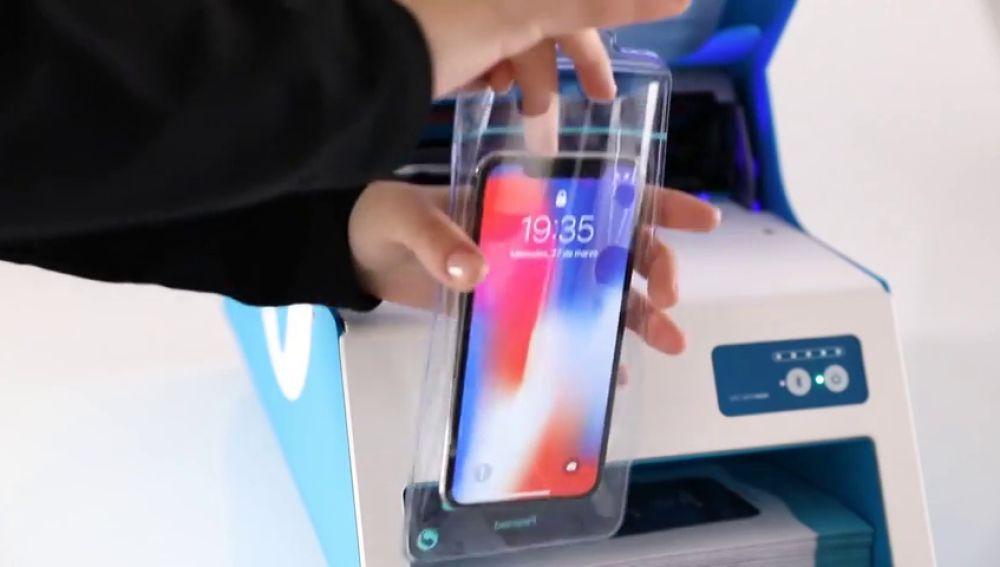 Una empresa dona máquinas a los hospitales para plastificar los móviles del coronavirus