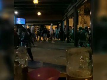 Vídeo: Una terraza de Pedregalejo, destrozada por una pelea entre varios clientes