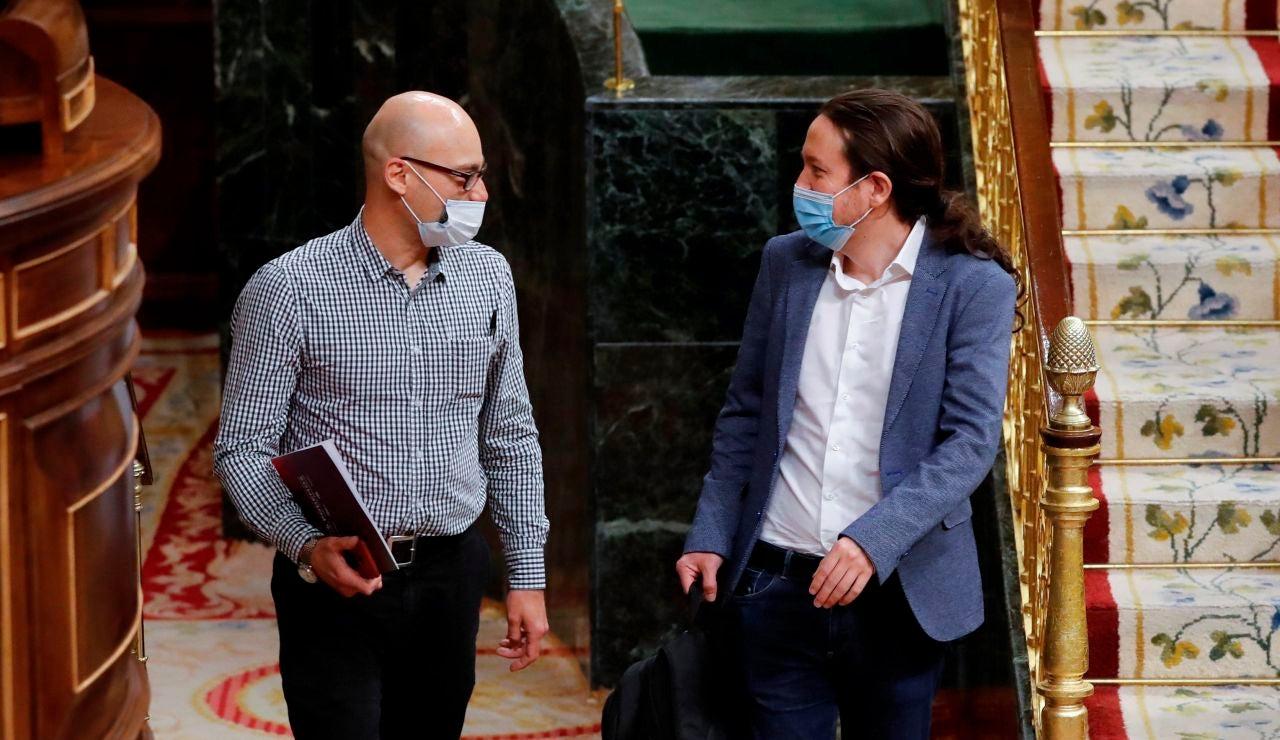 Pablo Iglesias, conversa con el diputado  de Unidas Podemos Txema Guijarro a su llegada al Congreso