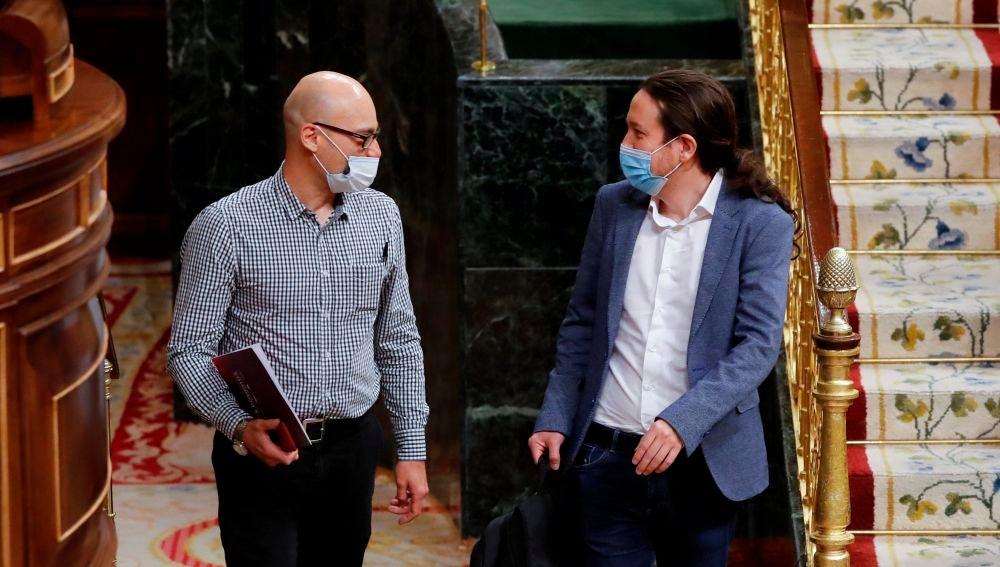 Pablo Iglesias conversa con el diputado de Unidas Podemos Txema Guijarro a su llegada al Congreso