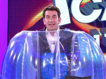 El incómodo momento de Arturo Valls provocado por su flotador gigante en '¡Ahora caigo!'