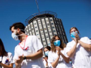 Sanitarios del Hospital La Paz de Madrid despiden en un acto a los residentes de cuarto año.