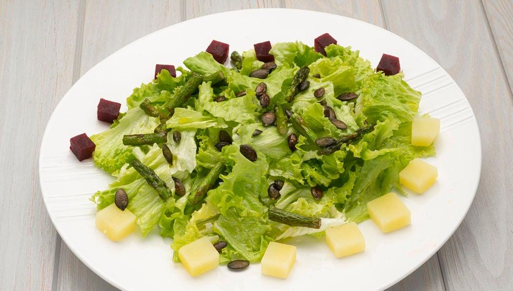 Ensalada de lechuga, remolacha y espárragos verdes