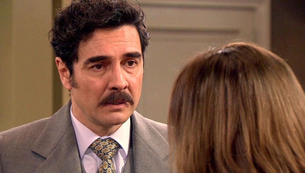 Armando, desconcertado ante el extraño comportamiento de Irene