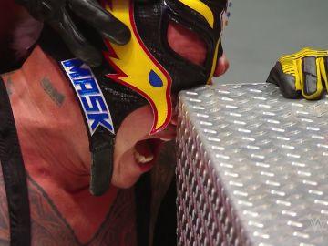 Momento de la lesión en el ojo de Rey Mysterio