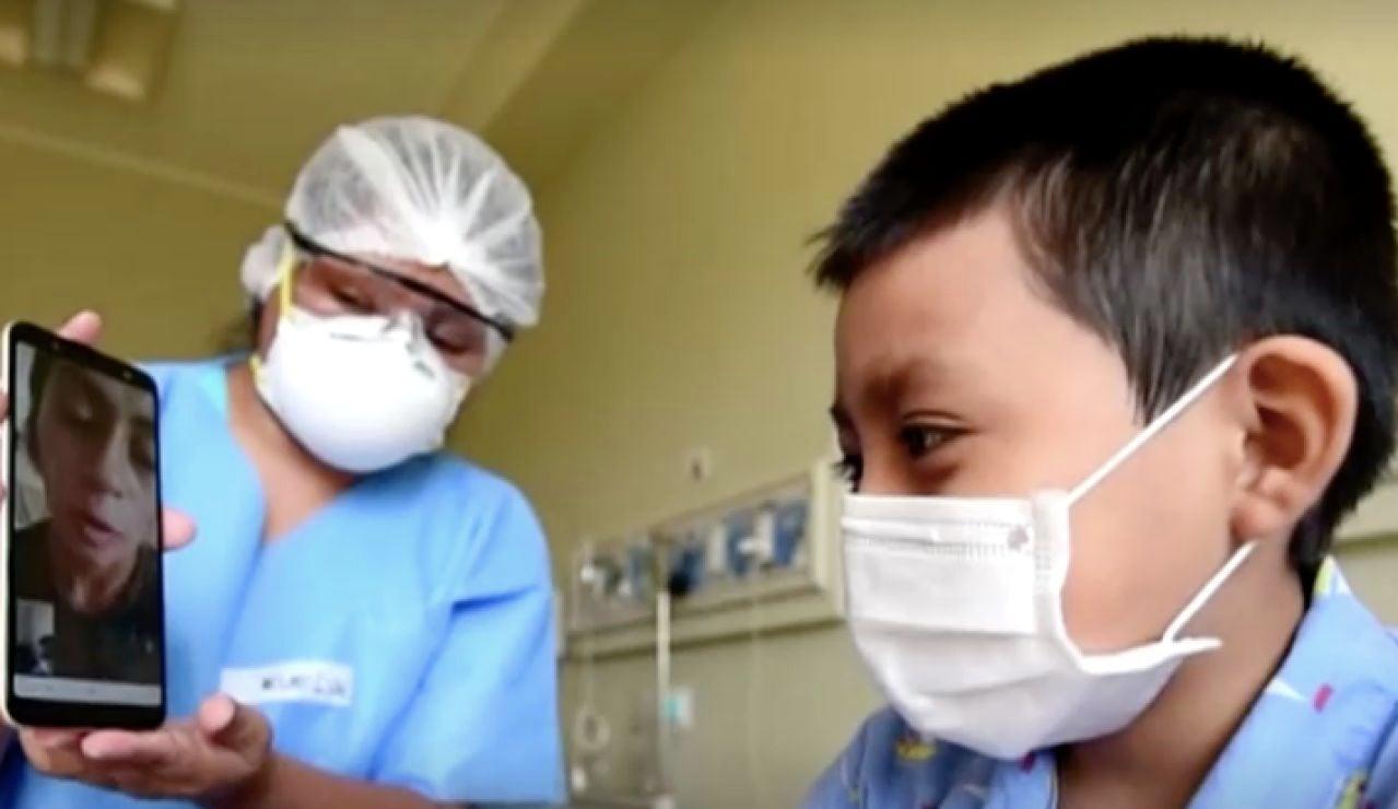 Niños peruanos contagiados por coronavirus hablan con sus familias por videollamada