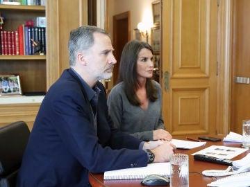 Los Reyes de España durante una de las videoconferencias que han tenido durante el confinamiento