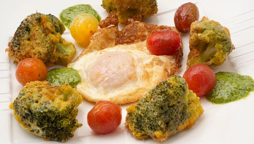 Huevo frito con brócoli, tomates cherry y pesto