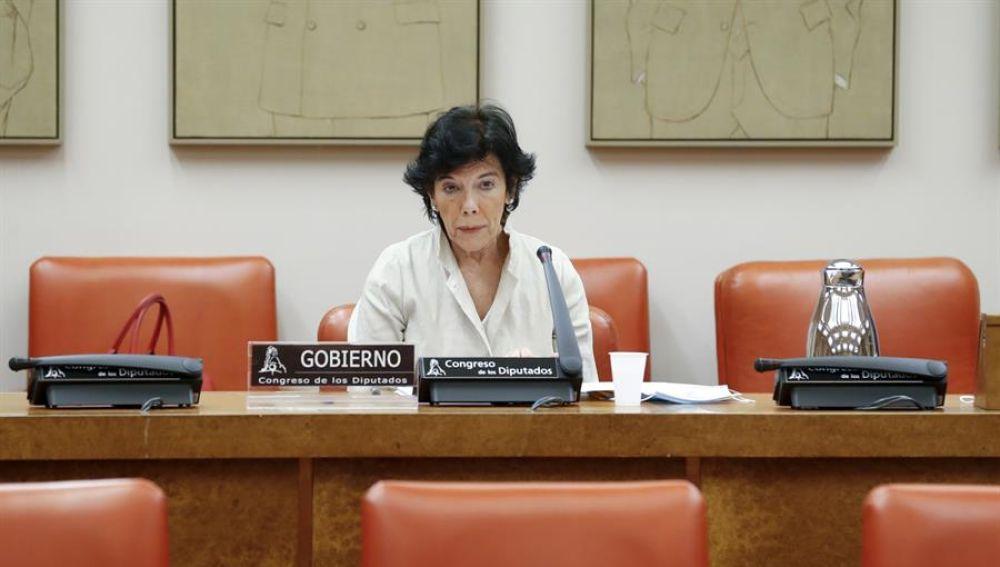 La ministra de Educación, Isabel Celaá, comparece ante la comisión.