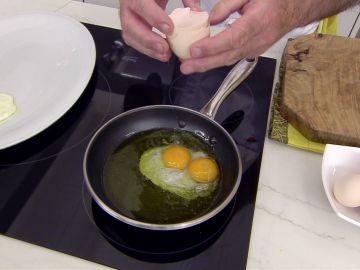 El truco de Karlos Arguiñano para hacer el huevo frito con puntilla o sin ella