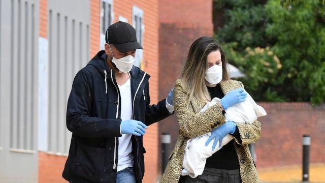 René Ramos y Lorena Gómez saliendo de la revisión pediátrica