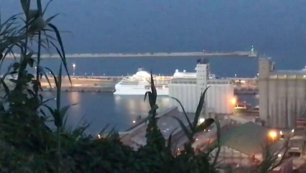 Llega a Barcelona el crucero Carnival Victory con pasajeros que permanecían en cuarentena por el coroanvirus