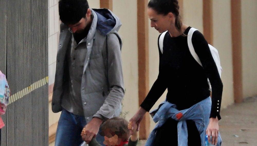 Cayetano Rivera y Eva González paseando junto a su hijo