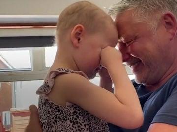 Un padre abraza a su hija