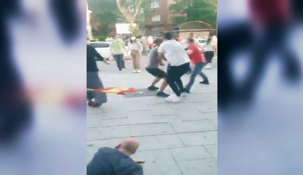 Vídeo:Un testigo graba la pelea en Moratalaz durante las caceroladas | Última hora Madrid