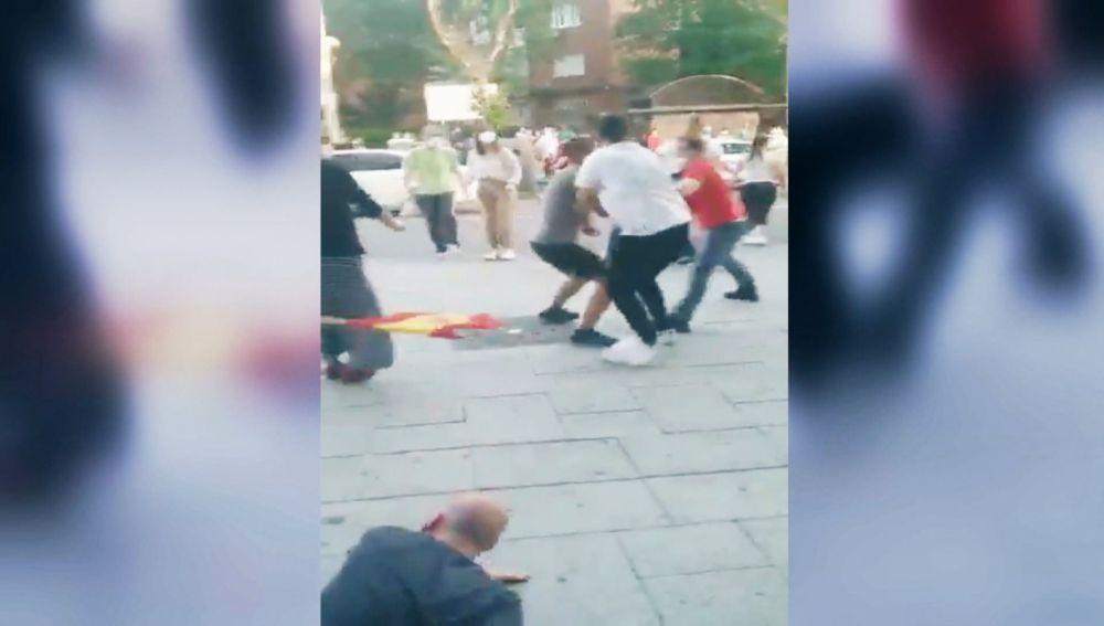Vídeo:Un testigo graba la pelea en Moratalaz durante las caceroladas   Última hora Madrid