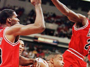Michael Jordan y Robert Parish, en un partido de los Bulls