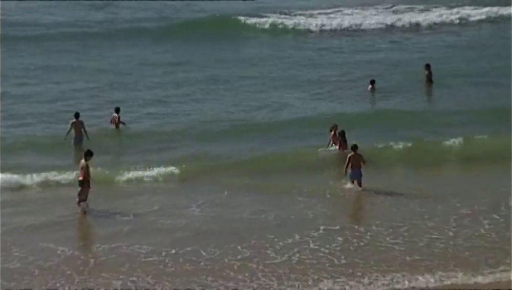 Niños bañándose sin guardar el distanciamiento en la playa de La Concha a pesar del coronavirus
