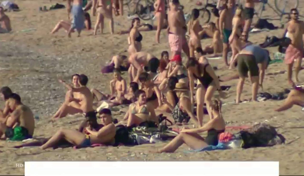 Las playas de Barcelona se vuelven a llenar de gente que no respeta las normas de desescalada por el coronavirus