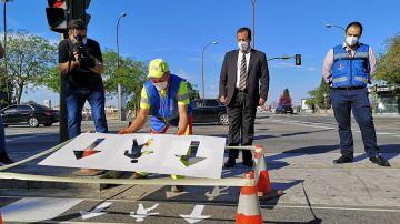 Operarios del Ayuntamiento de Sevilla pintan flechas en un paso de cebra