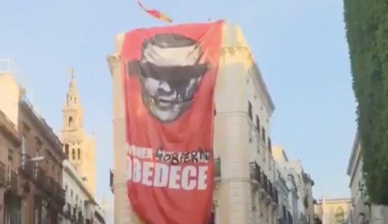 Pancarta en contra de Pedro Sánchez en Sevilla