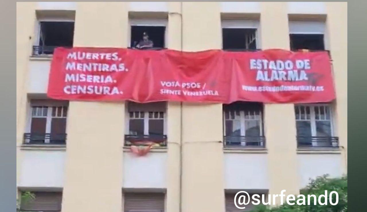 Pancarta frente a la sede del PSOE en Ferraz