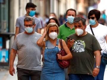 Ciudadanos pasean por las calles de Ronda protegidos con mascarillas