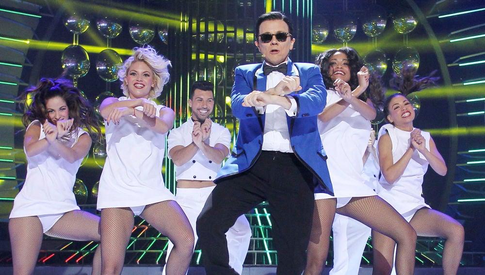 Santiago Segura imita a PSY al ritmo de Gangnam Style en 'Tu cara me suena'