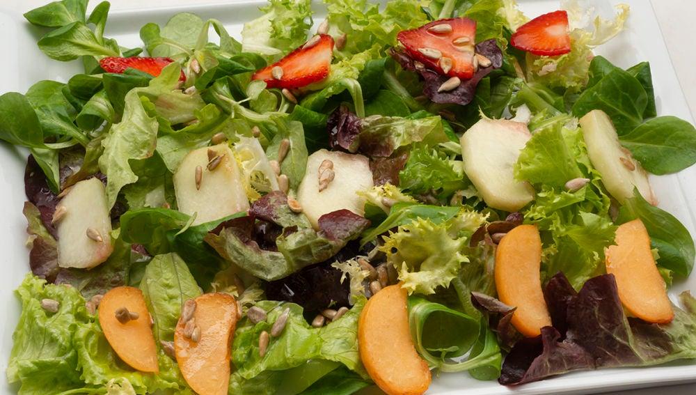 Ensalada de lechugas variadas y fruta
