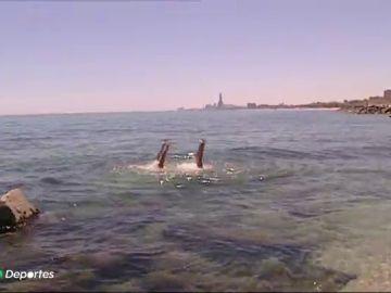 La espectacular recreación en el mar del ejercicio de las medallistas olímpicas Thais Henríquez y Paula Klamburg